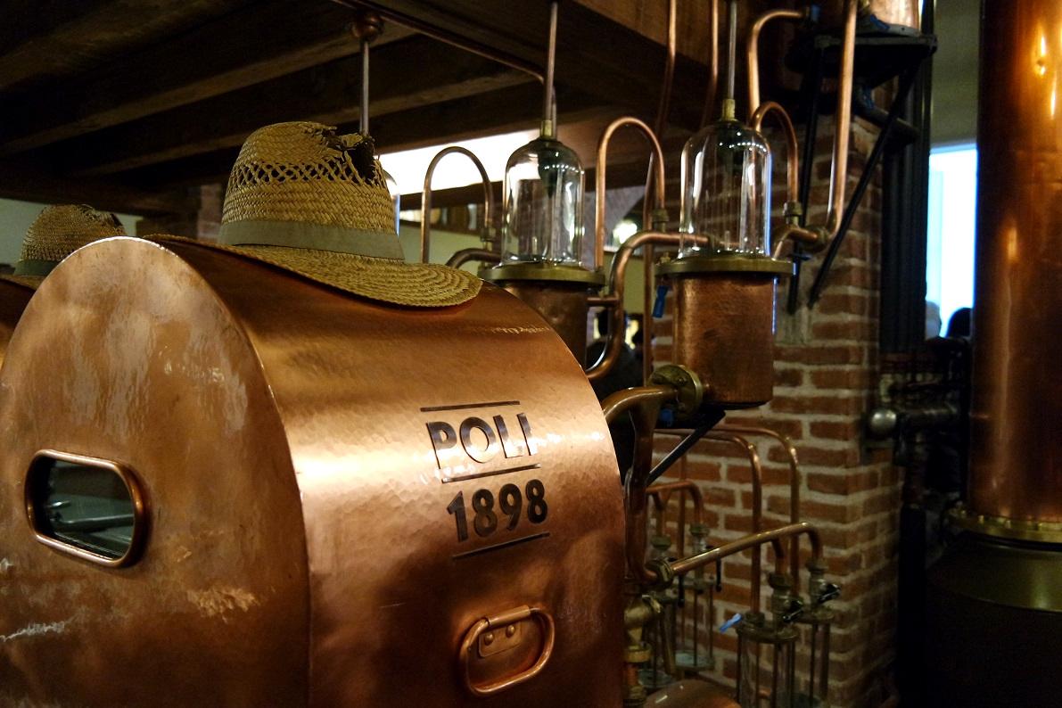 Il cappello di paglia ricorda il primo lavoro di Giobatta, il capostipite di Poli, fondatore della DIstilleria.