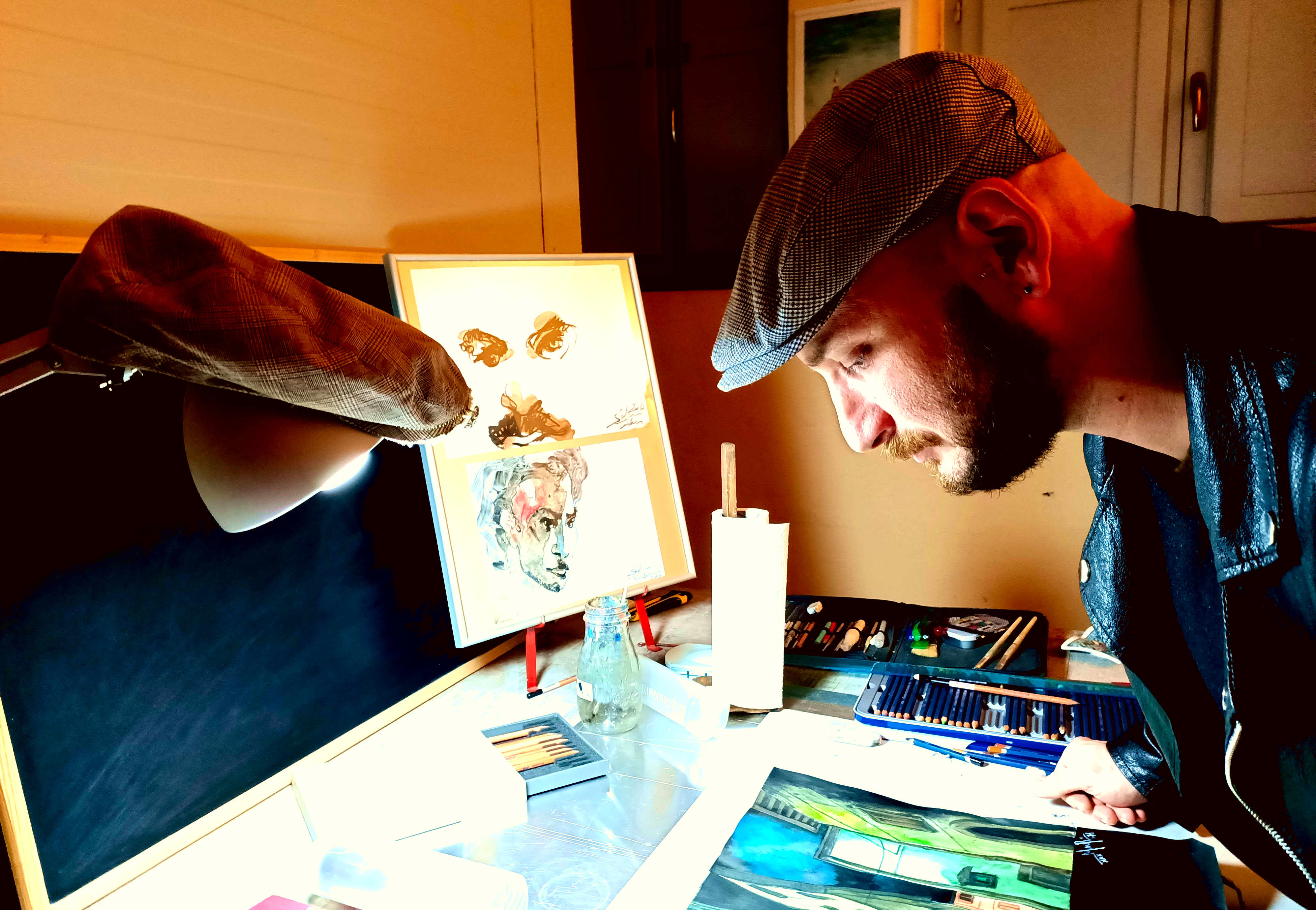 Mauro delle Favole - il punto di vista della luce è essenziale in un'opera d'arte, forse è per questo che anche la lampada indossa il berretto come Mauro